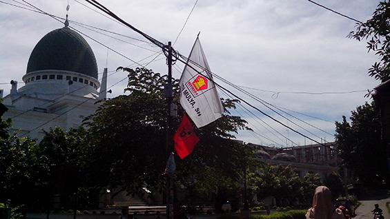 Atribut kampanye yang masih menggantung di tiang listrik depan Masjid Al-Hikam (7 April, 2014)
