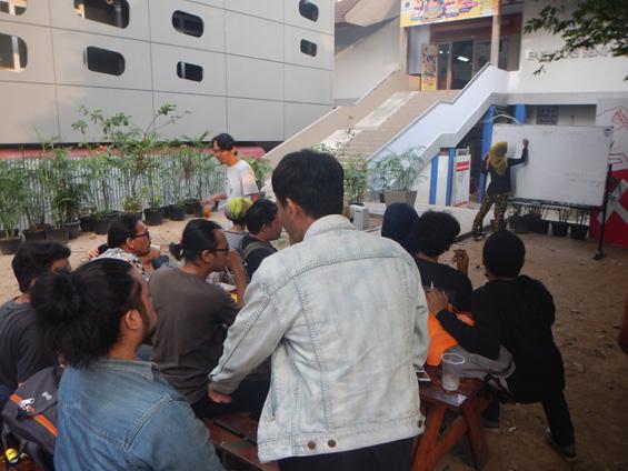 Sebagian mahasiswa menyimak proses penghitungan suara