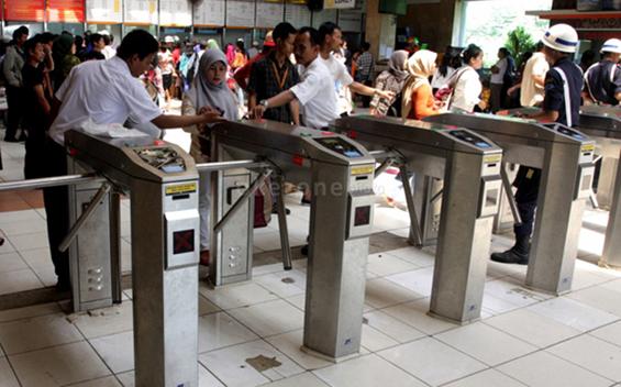 The usage of e-ticketing machine in Tanah Abang Station (Source: Hyo-Heru Haryono, Okezone.com)
