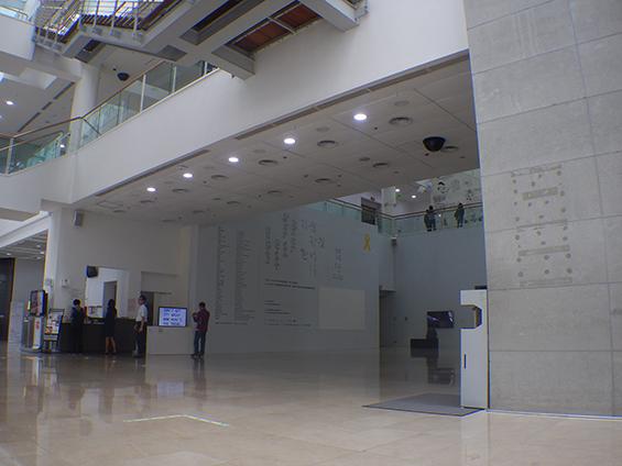 Suasana di dalam Seoul Museum of Art, Korea Selatan.