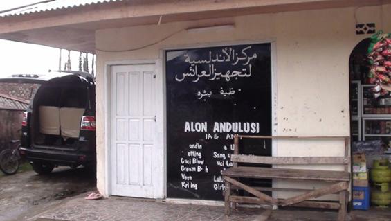 Salah-satu-contoh-Tulisan-Arab-di-atas-kaca-sebuah-rumah