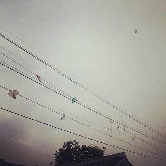 Salah satu pemandangan banyaknya layangan tersangku di kawat listrik di sekitaran Stasiun Parungkuda.