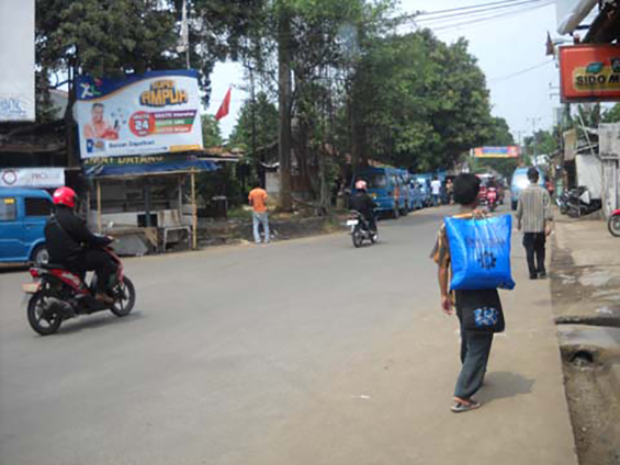 Parung Bingung 3-way intersection became the station of the public transportation number D 102 from Limo to Cinere to Pondok Labu and often to Lebak Bulus
