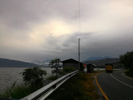 Danau Singkarak. Tampak pada gambar: Gunung Marapi (kanan) dan Gunung Singgalang (kanan). (Sumber: arsip pribadi penulis).