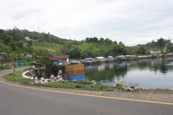 Tong sampah melimpah dan dan bangunan kedai di bibir danau (2013).
