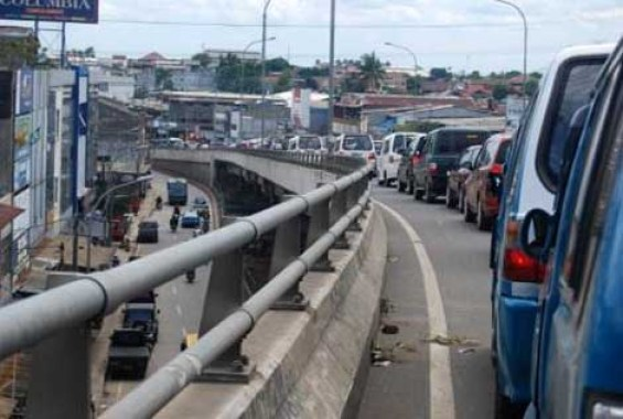 The flyover indeed reduces the traffic jam around Ciputat Market, although at certain times it is still inevitable.