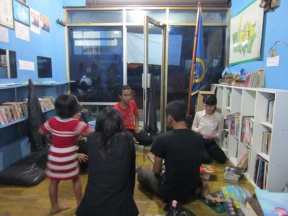 A member of the Depok akumassa team, Andi, and his girlfriend were tidying the books.