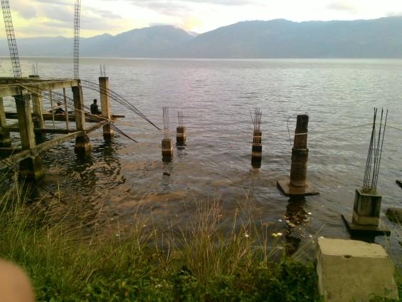 Pemandangan siang hari dari pondasi bangunan di daerah Ombilin, salah satu tempat yang menjadi lokasi favorit para pemancing