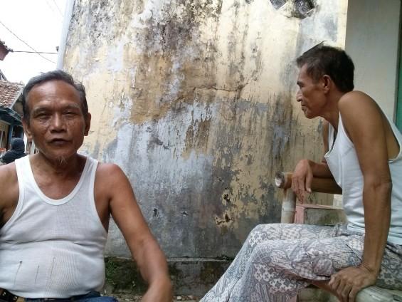 Pak Iyang (kiri).