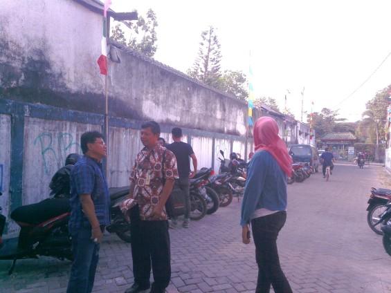 Pak Mur (berkemeja biru) sedang berbincang dengan Lurah Mantrijeron (kemeja batik).