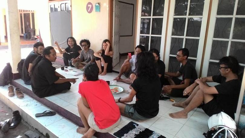 Anggota pasirputih berkumpul dengan para kurator dan seniman partisipan AKUMASSA Chronicle.