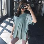 シンプル半袖Tシャツ 女性らしいシルエットが漂う両サイドのスリット