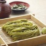 静岡県産抹茶とやまいもを入れじっくり乾燥させた乾麺は抹茶の香りとコシの強さ