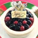 有機ブルーベリーとラズベリーを飾った豪華なブルーベリーチーズケーキ(5号)。
