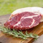イノシシロース肉は、分厚い脂身が絶品です。塊肉を丸ごと焼くと、外はサクサク