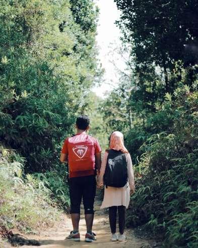 Berjalan berdua
