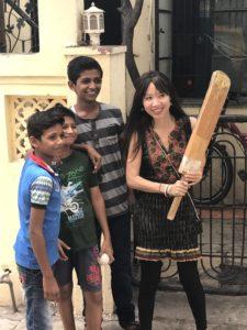 Cliente jouant au cricket avec les voisins