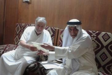 الأخ نصار الشيخ خزعل يقدم درع الحركة الى الاستاذ الكبير جابر جليل المانع