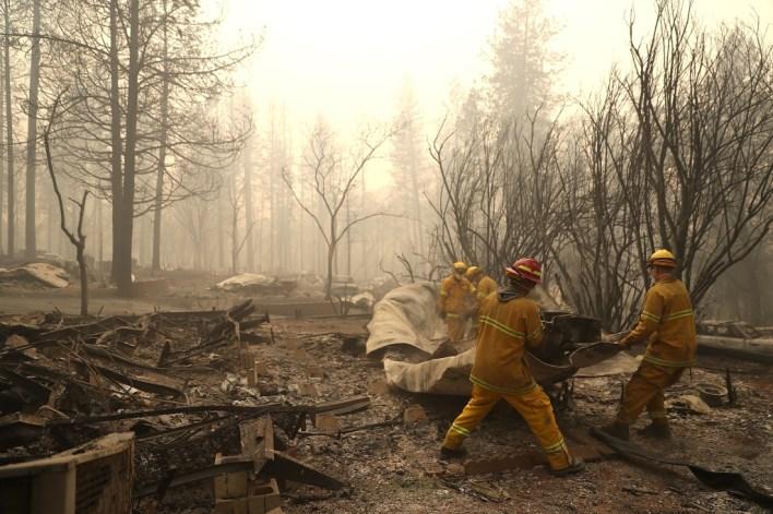 رجال الإطفاء حفروا الخنادق لتقييد حركة الحريق