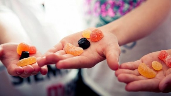 hands_sweets__candies__candies_jelly_beans_children_640x360