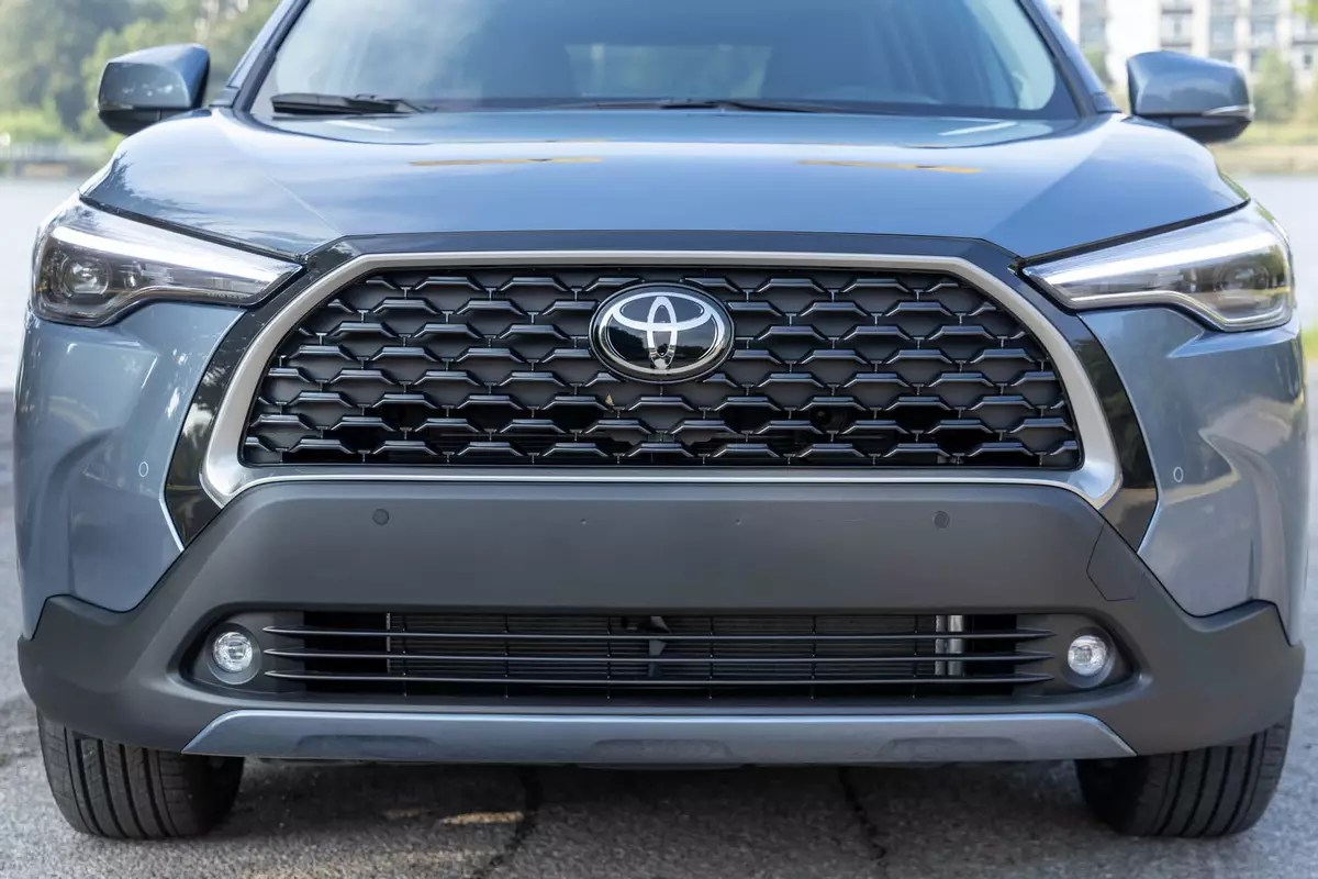 toyota-corolla-cross-xle-2022-02-exterior-front-gray-grille-logo