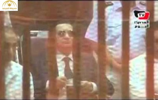 بالفيديو:حسني مبارك يتناول القهوة في قفص الاتهام