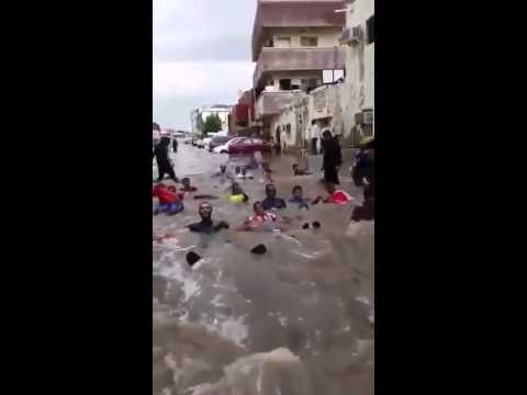شاهد:شباب جدة يتخذون من شوارعها حمامات للسباحة