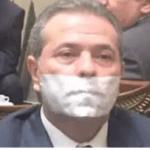 """بالصور و الفيديو : لماذا وضع توفيق عكاشة شريط """"لاصق"""" على فمه داخل البرلمان؟"""