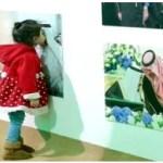 طفلة تطبع قبلة على صورة للملك سلمان في عفوية تامة – صورة