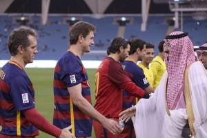 الأمير عبدالله بن نايف يصافح لاعبي فريق برشلونة