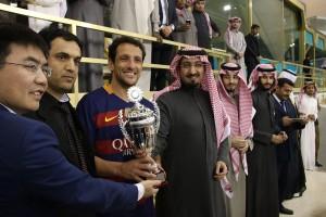 الأمير عبدالله بن نايف يتوج قائد فريق برشلونة بالكأس