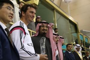 الأمير عبدالله بن نايف يسلم درع المركز الثاني لقائد فريق ريال مدريد