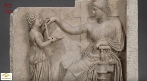 """بالفيديو: لغز خادمة بيديها """"لابتوب"""" زمن الإغريق قبل 2100 عام"""