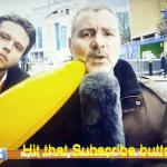 شاهد: مراسل تلفزيوني يضرب مشجعاً مستفزاً على الهواء