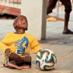 """بالفيديو والصور: مغنية مشهورة تنقذ طفلاً بعد تحوله إلى """"تمثال حجري"""""""