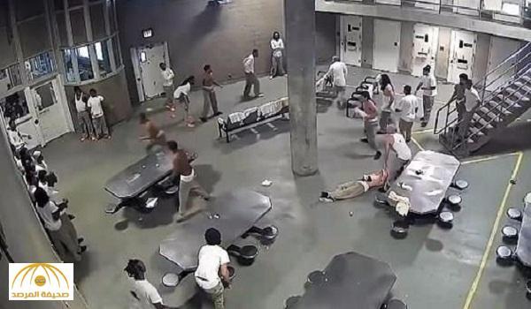 بالفيديو: شجار دموي بين السجناء في أكبر سجن أمريكي