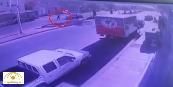 رصدتها كاميرات المراقبة .. بالفيديو : سيارة مسرعة تقذف شخص في الهواء بالخرج