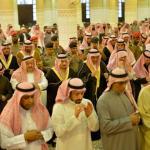 بالصور : أمير الرياض يؤدي صلاة الميت على الأمير منصور بن فهد بن عبدالمحسن