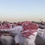 اختنقوا من الزحام.. بالفيديو: شباب يحولون طريق ممتلئ بالسيارات إلى مهرجان رقص