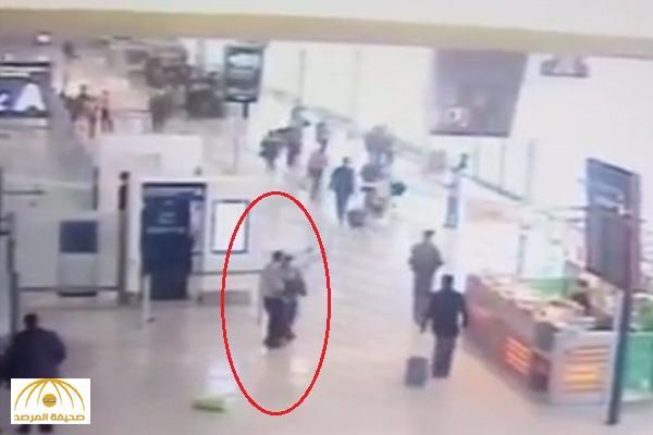 شاهد .. لحظة انقضاض منفذ الهجوم على المجندة داخل مطار أورلي بفرنسا