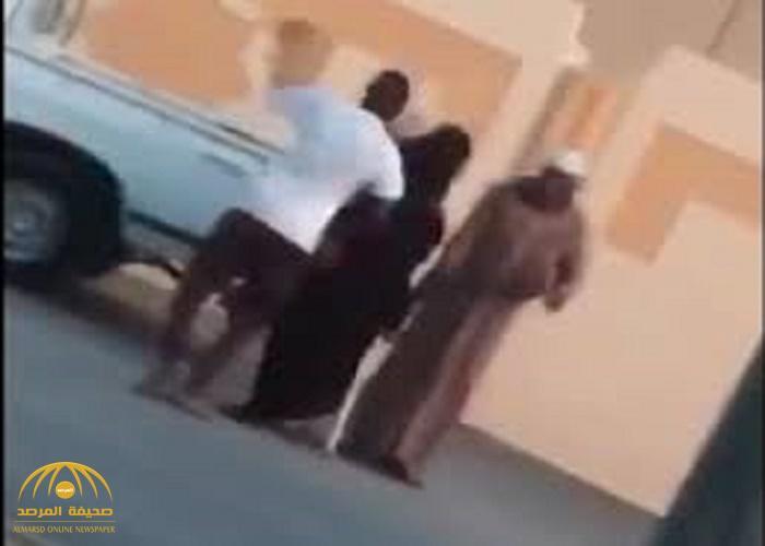 تفاصيل جديدة في قضية اعتداء شاب على زوجته ورجل مسن بعصا في الشارع