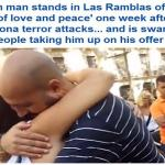 """بالفيديو والصور .. مسلم يحتضن النساء في """"برشلونة """" من أجل أن يثبت أنه ليس إرهابيا!"""
