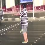 """شرطة مكة تطيح بالمراهق الذي رقص """"الماكارينا"""" عند إحدى الإشارات بجدة! – فيديو"""