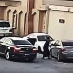 شاهد .. شاب يحطم سيارة متوقفة أمام منزل في الرياض وكاميرا المراقبة ترصده