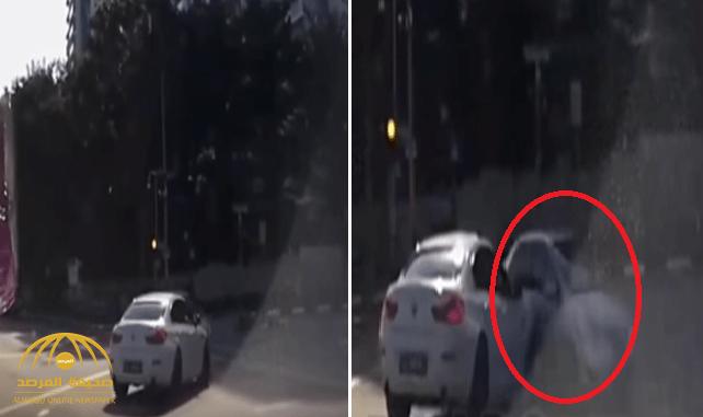 شاهد .. سيارة تظهر فجأة من العدم أمام سيارة أخرى وتثير حيرة المتابعين!