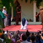 """مقنعون ينفذون  عقوبة  """"الجلد"""" في امرأة زانية بمقاطعة إندونيسية – صور وفيديو"""