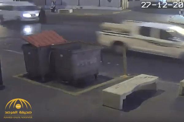 """مشهد مروع.. بالفيديو:سائق يسير بسرعة هائلة يصدم """"سيدة مسنة """"ويطيرها في الهواء بالشرقية"""