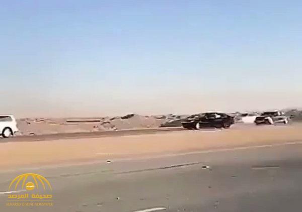 شاهد .. تفحيط بين سيارات على طريق سريع  ينتهي بكارثة !