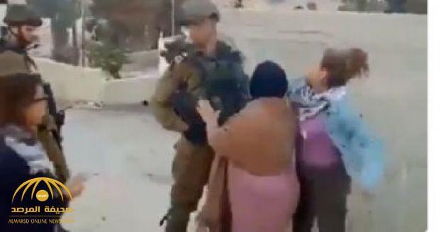بالفيديو.. فتاة فلسطينية تصفع جنديين إسرائيليين !