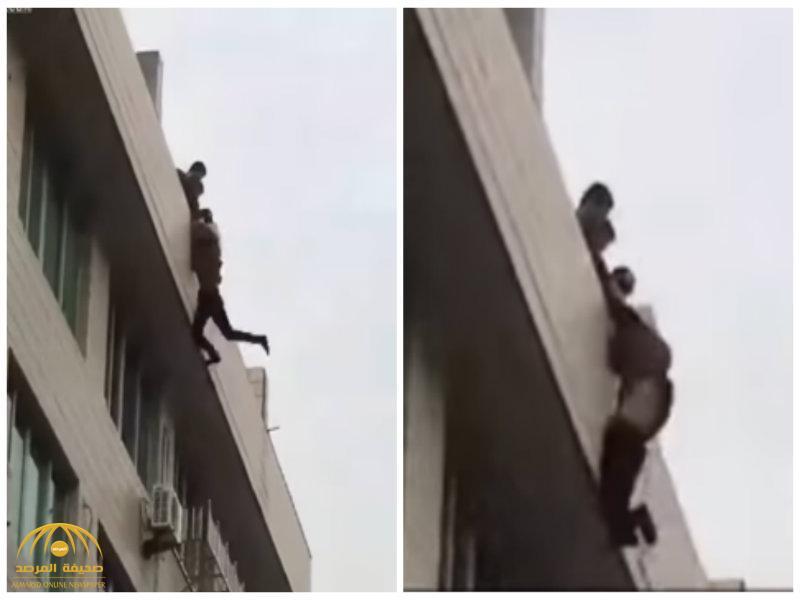 بالفيديو: شاب يحاول الانتحار بعد انفصال عشيقته .. شاهد..ماذا حدث قبل سقوطه بلحظات!